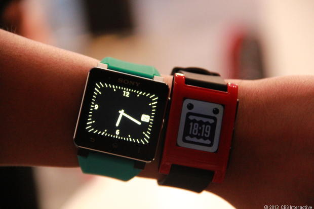 Links de Sony Smartwatch 2, rechts de Pebble Smartwatch