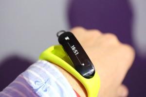 De bluetooth headset kan uit de armband gehaald worden